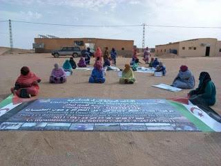 UNMS   UNIÓN NACIONAL DE MUJERES SAHARAUIS.: Mujeres saharauis preparando el mural para la fiesta nacional