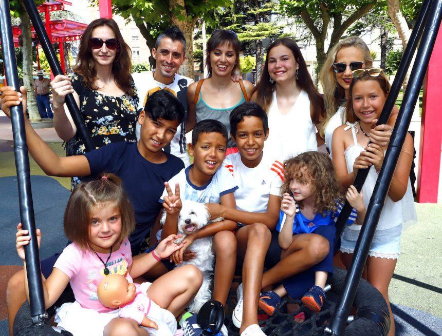 Seis maletas de sonrisas y sueños que viajan desde el Sahara hasta Miranda en verano | El Correo